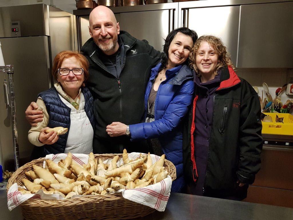 cuocere il pane nel forno a legna
